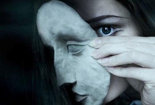 Kvinde tager maske af og lader sig være sårbar