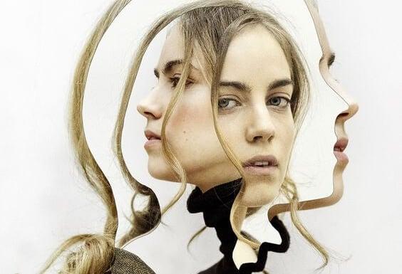 Kvinde med flere masker anvender udspekuleret tavshed