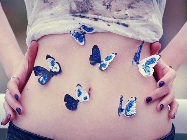 Sommerfugle på kvindes mave