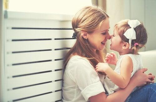 Mor smiler med barn og påtager sig faderrollen, når far forlader barn