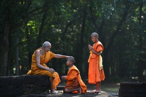 Munke fortæller buddhistiske historier om at leve i nuet