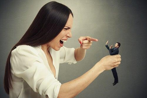 Kvinde, der råber af lille mand, viser pralende relationel stil
