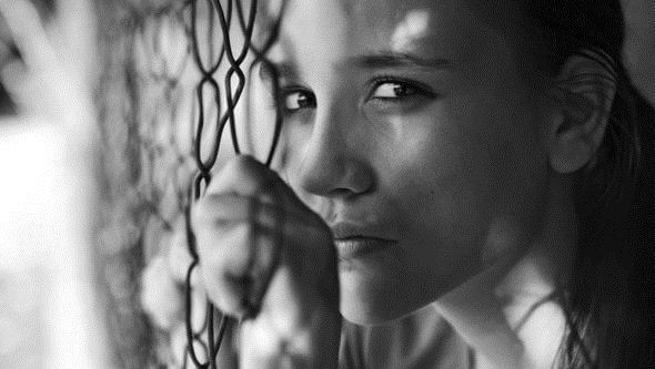 Trist kvinde ved net lider af borderline personlighedsforstyrrelse