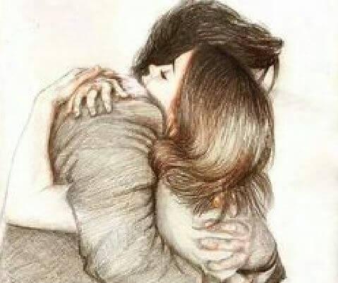 Mand og kvinde omfavner hinanden for at trøste