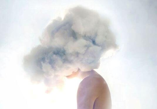 Person med hoved i sky er overvældet af irritation og depression