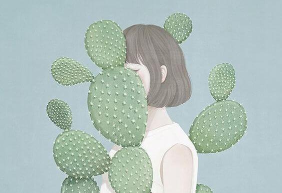 Pige gemmer sig bag ved kaktus