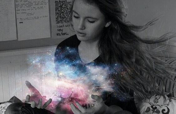 Ung kvinde med universets lys i hænderne