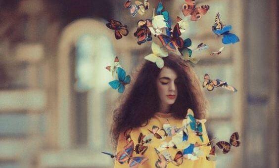 Hvis du vil finde lykke, må du lede inde i dig selv, som denne kvinde omgivet af sommerfugle