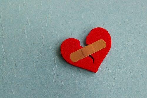 Knust hjerte med plaster på viser effekten af et ødelagt forhold