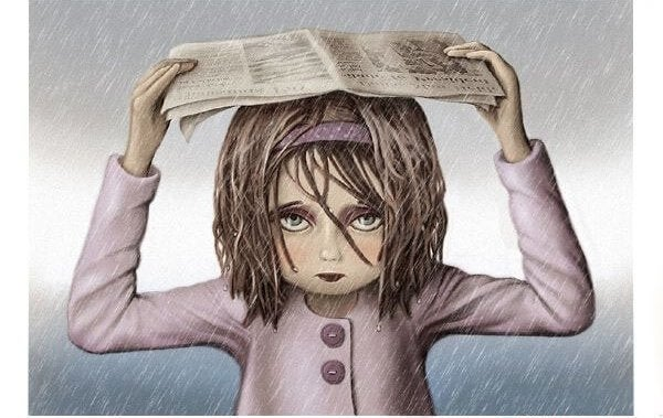Trist kvinde under avis i regnvejr har det forkerte job