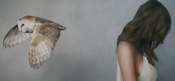 Kvinde vender ryg til fugl på  grund af trøstende løgne