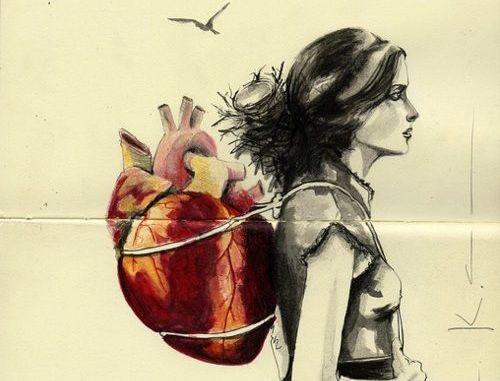 Kvinde med hjertet som en rygsæk på ryggen