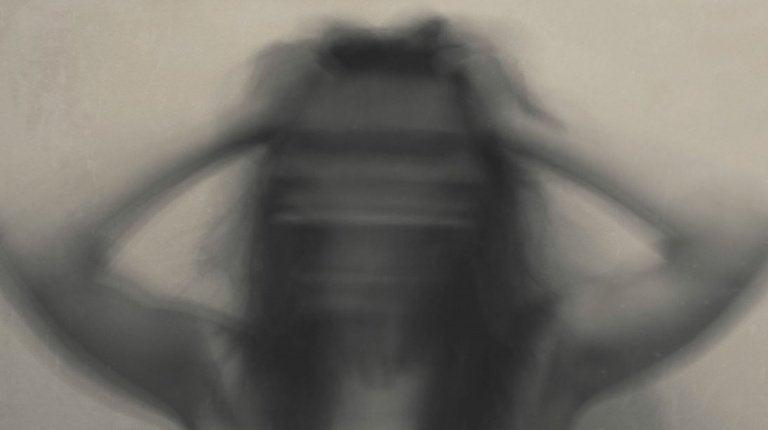 Sløret kvinde lider af irritation og depression