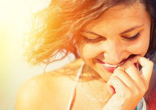 Kvinde smiler på grund af psykologisk velvære