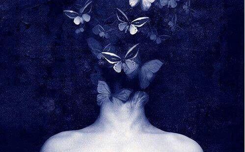 Persons hoved er dækket af sommerfugle