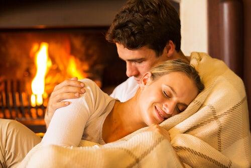 Par krammer hinanden, da det er en del af at elske hinanden