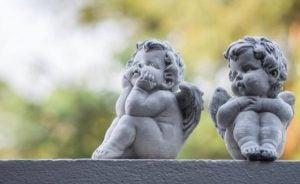 To engle i sten sidder på en mur