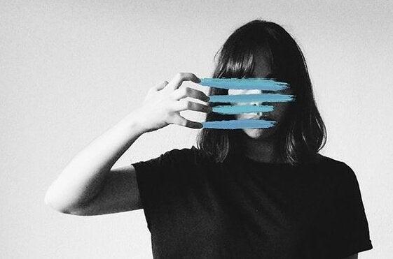 Kvinde med blå streger foran ansigtet