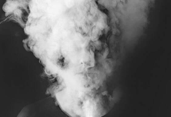 Persons hoved er dækket af tåge for at symbolisere hjernetåge