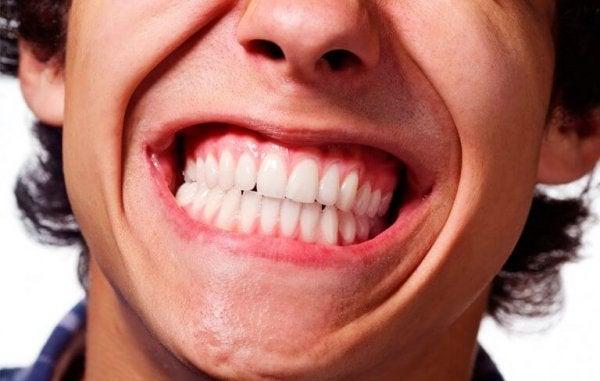 Mand med stort smil