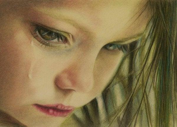 Pige græder på grund af børnemishandling