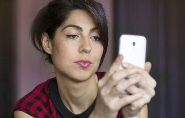 Kvinde tjekker kærestes telefon på grund af jalousi