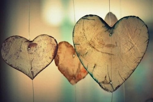 Hjerter lavet af træstamme hænger foran vindue