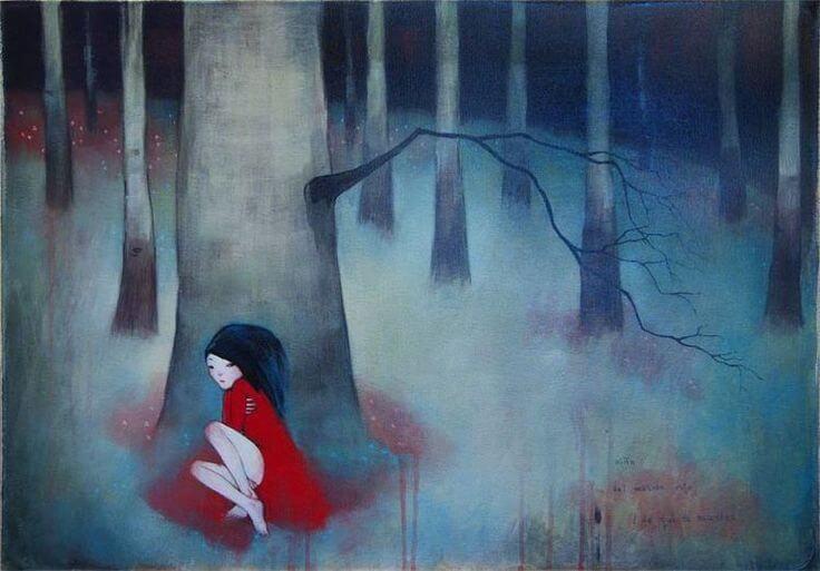 Kvinde gemmer sig bag træ i skov