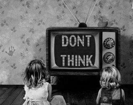 """Børn ser fjernsyn, hvor der står """"tænk ikke"""""""