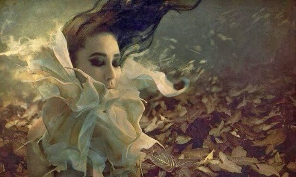 Kvinde i vind er overvældet af den følelsesmæssige kamp