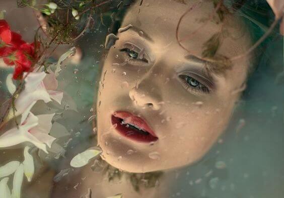 Kvinde i vand prøver at lade være med at græde