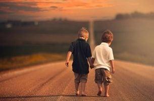 En af de fordele ved venner, man kan nyde, er at man kan gå på samme vej, som disse drenge