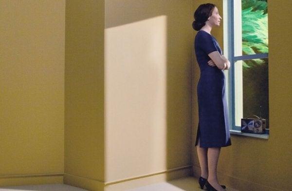 Kvinde kigger ud af vindue og studerer de meningsfulde detaljer
