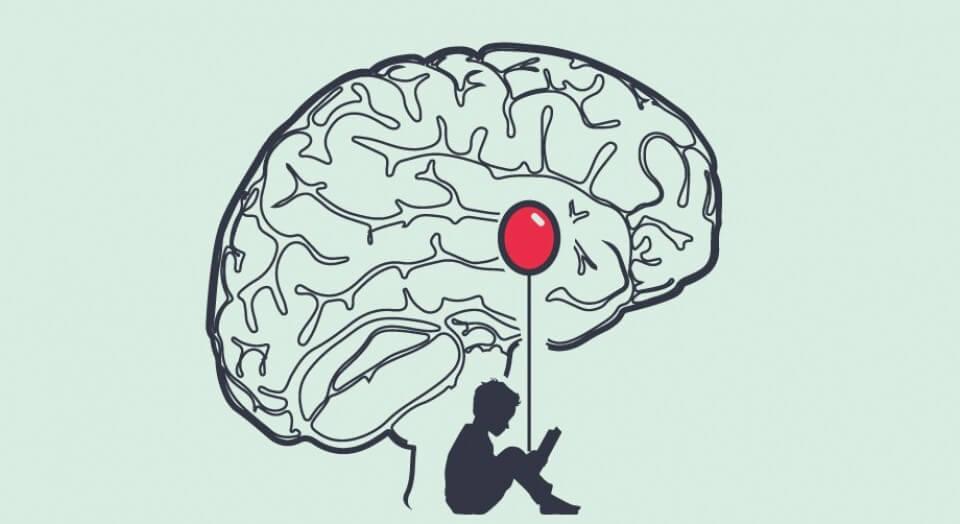 Person sidder med ballon med hjerne rundt om