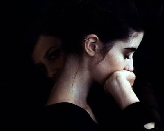 Kvinde, der rører ved sit ansigt, oplever forskellige typer angst