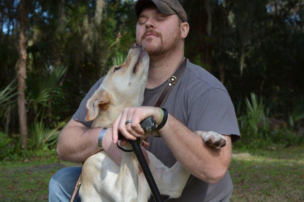 Arleigh med sin ejer illustrerer empati fra en hund