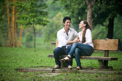 Par på bænk nyder nyt forhold