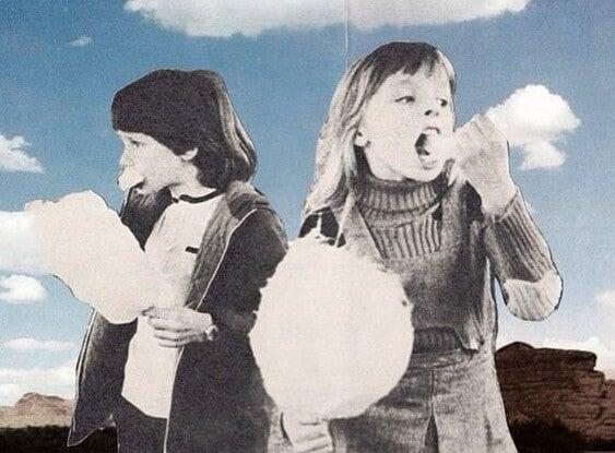 Børn spiser candyfloss