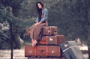 Kvinde ovenpå stor bagage udstråler modenhed