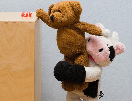 Bamse hjælper anden bamse med at nå bolsje, da den er en god person