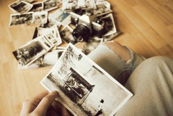 Person kigger på billeder og mindes fortid, selvom hun har lært at leve med det, der er sket