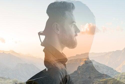 Mands silhuet foran bjerg