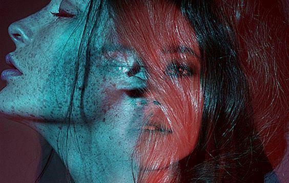 Kvinde i blå og rød lider af skjult depression