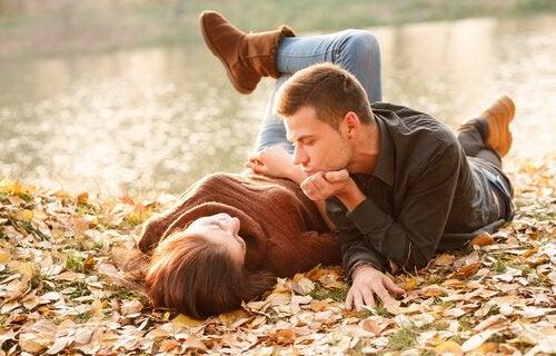 Par ligge rpå jorden og nyder nyt forhold