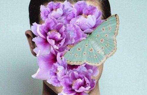 Person gemmer sig bag blomster og sommerfugl for ikke at skulle leve med konsekvenserne af dårlig beslutning
