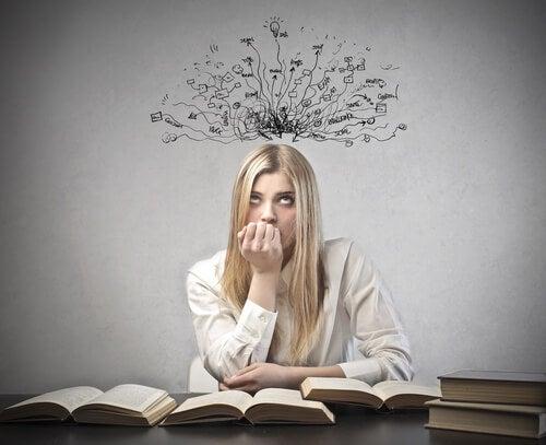 Kvinde med bog søger angstreducerende teknikker