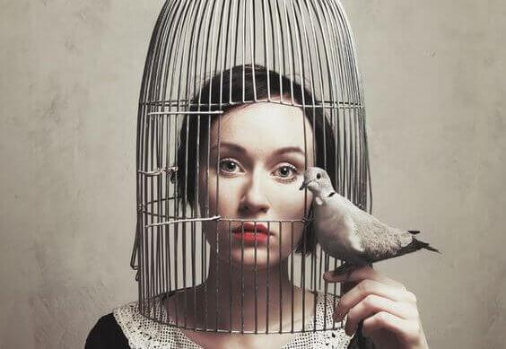 Kvinde i fuglebur kan ikke konfrontere følelser