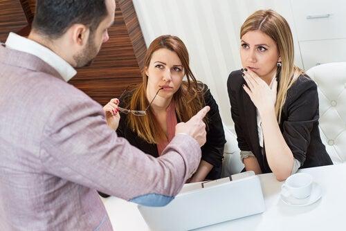 Chef peger af ansatte og udøver passiv vold