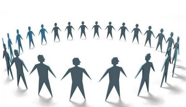 Mennesker står i cirkel