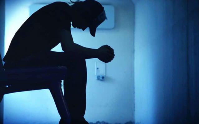 Mand i mørke lider af depression på grund af fattigdom